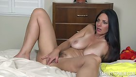 Libertine MILF Mindi Mink sucks her nip and rubs her fur pie